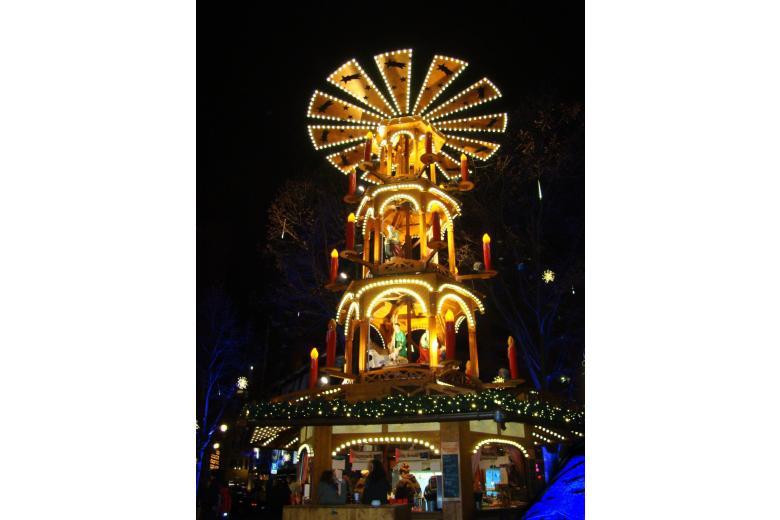 Рождественская пирамида на ярмарке в Мюнхене фото