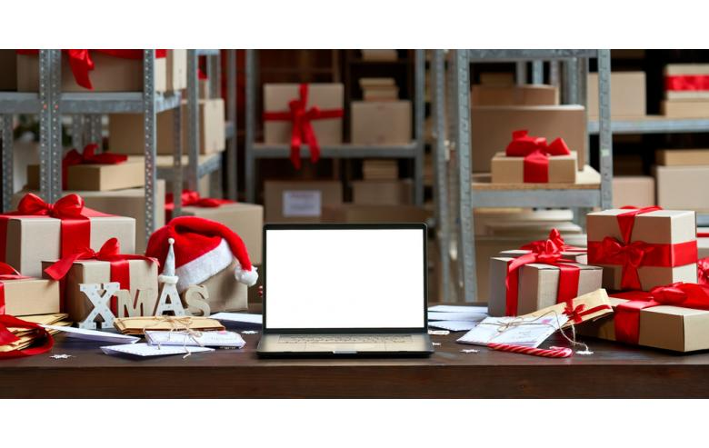 рождественские подарки и ноутбук на почте фото