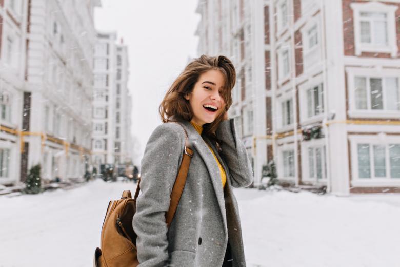 Счастливая девушка и падающий снег фото