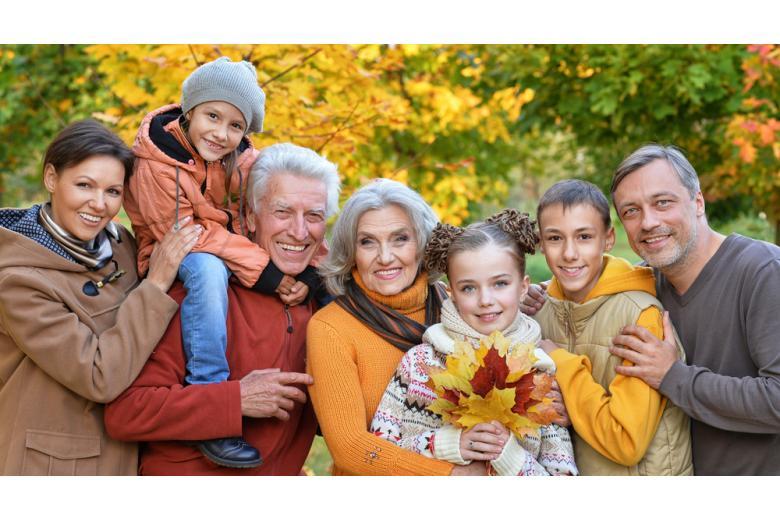 семья гуляет в парке фото