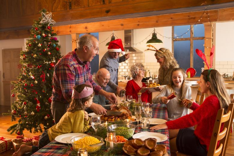 Семья отмечает Рождество фото