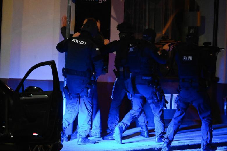 Террористы в Австрии были связаны с жителями Германии фото