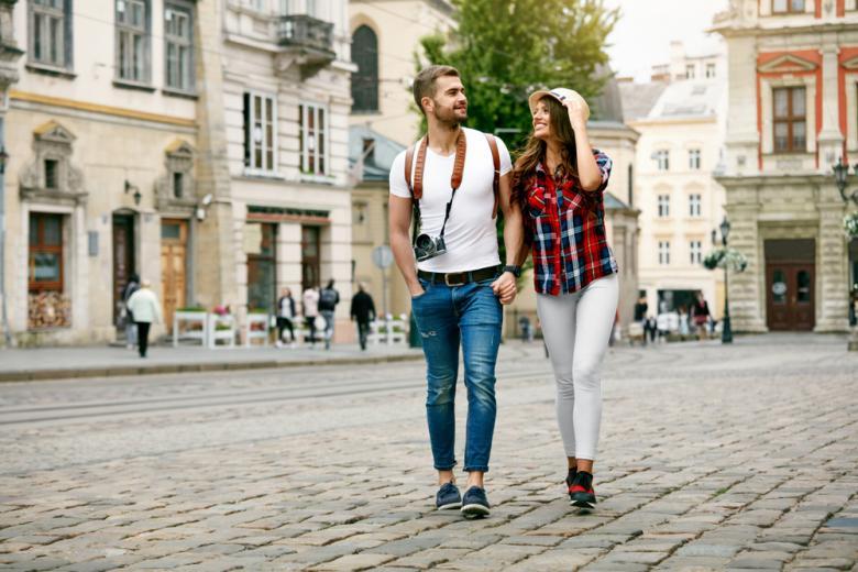 Туристы гуляющие по городу фото
