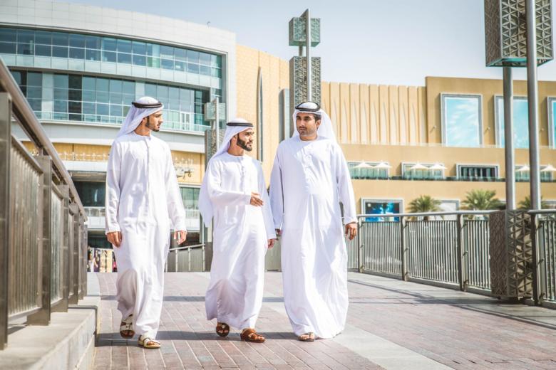 В Арабских Эмиратах стали более свободными правила по алкоголю и неофициальной семье фото