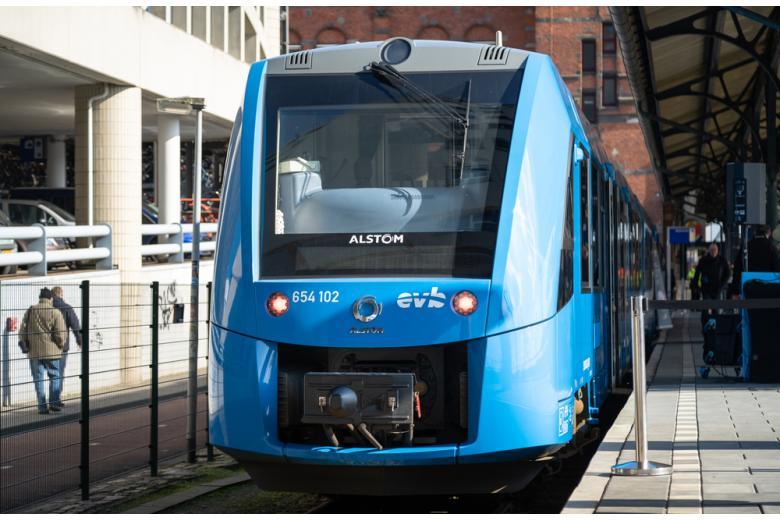 водородный поезд на вокзале фото