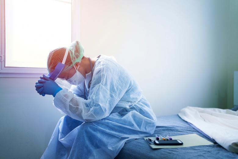 врач в защитном костюме от коронавируса фото