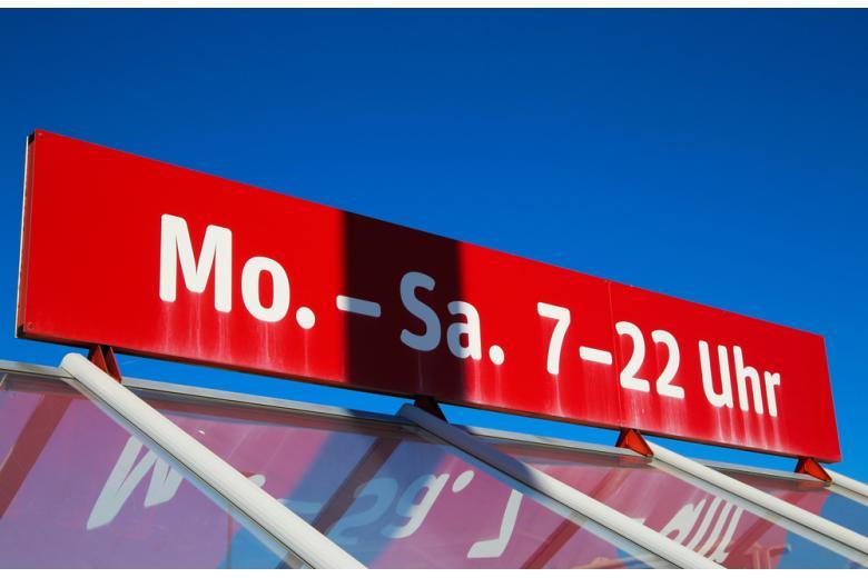 Вывеска немецкого магазина с графиком работы фото