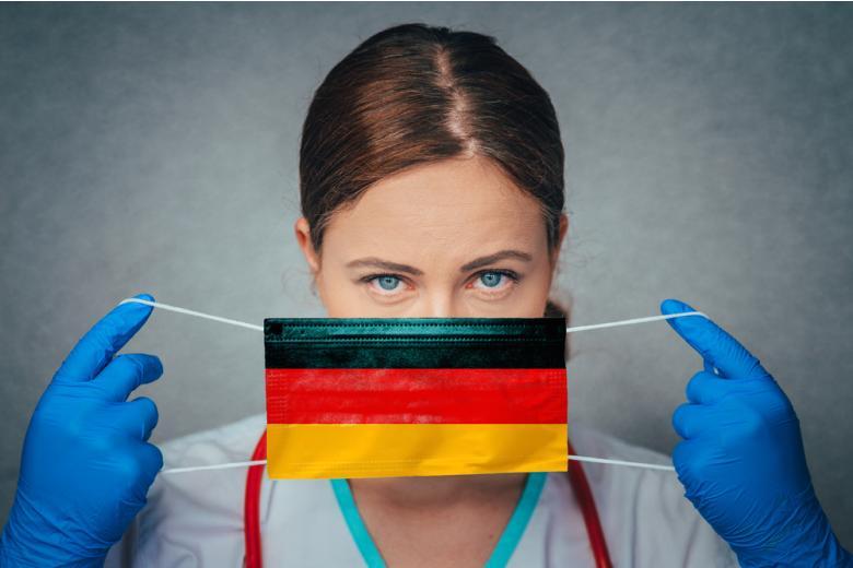 медик надевает защитную маску фото