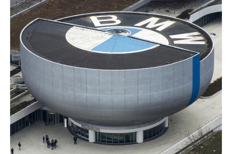 Здание музея BMW в Мюнхене фото