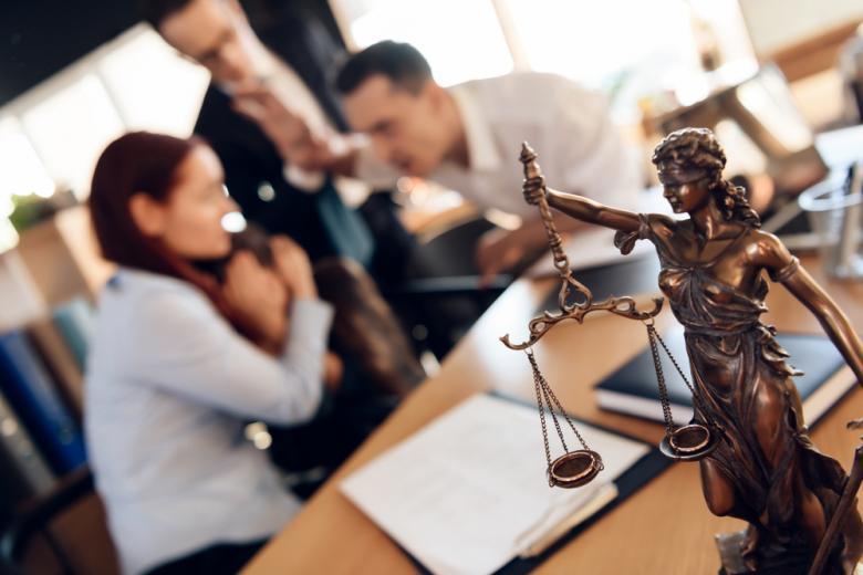 Адвокаты получают солидный доход фото