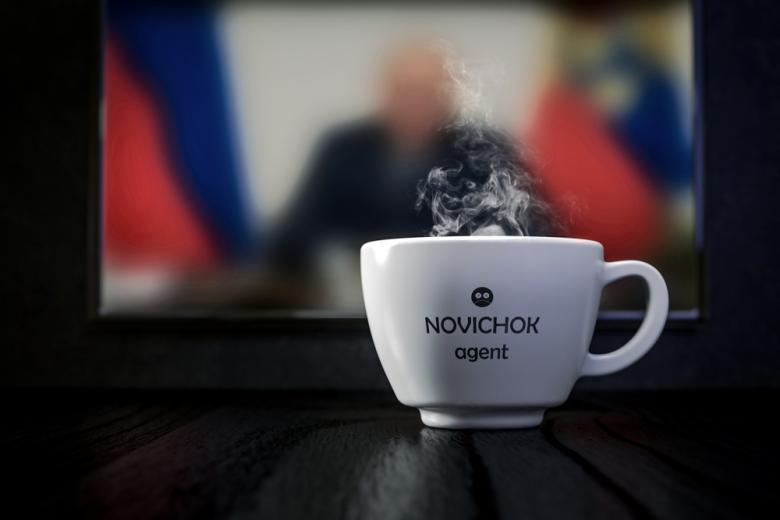 """Белая чашка с надписью """"Новичёк"""" на фоне русских новостей фото"""