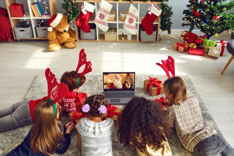 Дети в рождественских костюмах возле ноутбука фото