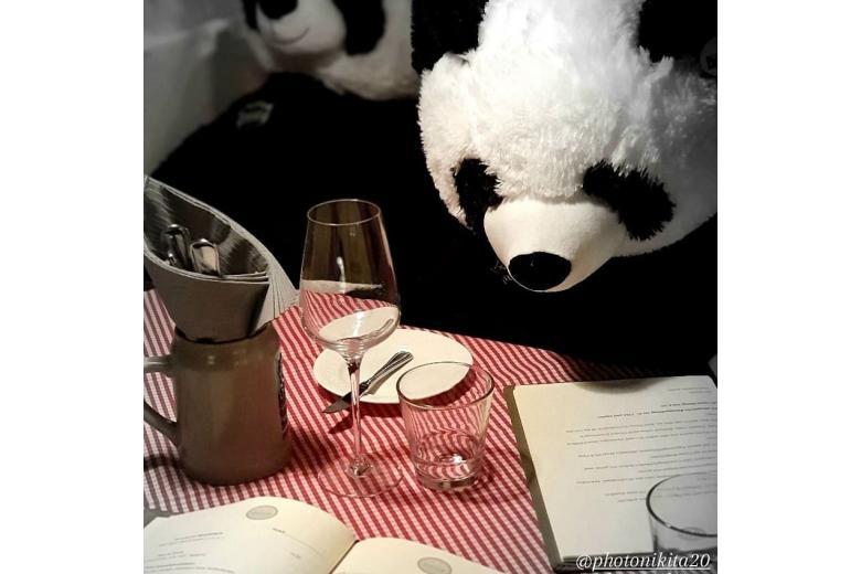 игрушечная панда в ресторане фото