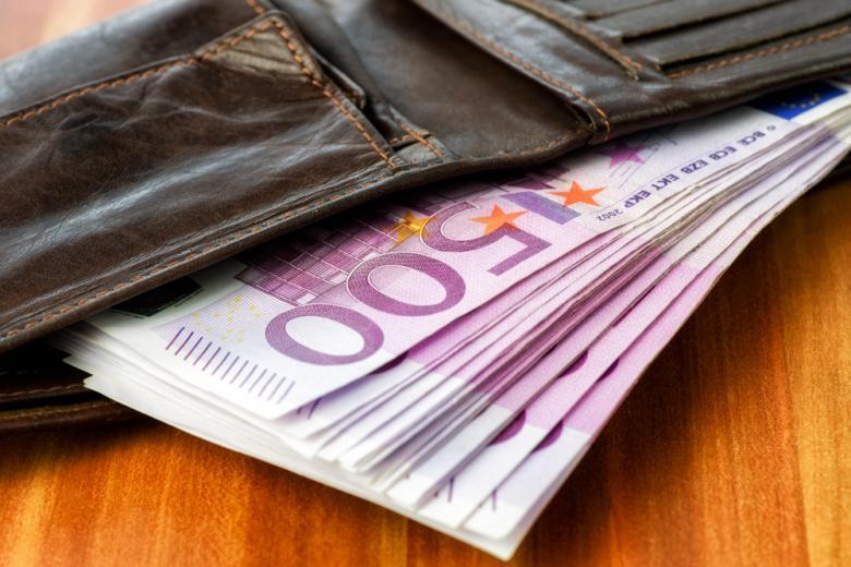 купюры в 500 евро в кошельке фото