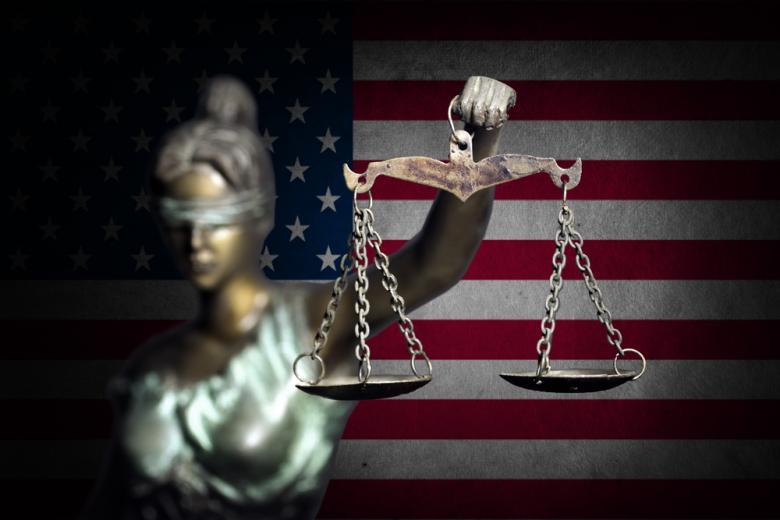Леди правосудия на фоне флага США фото