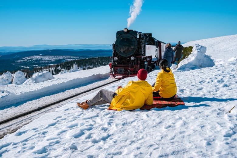 Мужчина и женщина отдыхают на склоне горы Броккен, Гарц, Германия фото