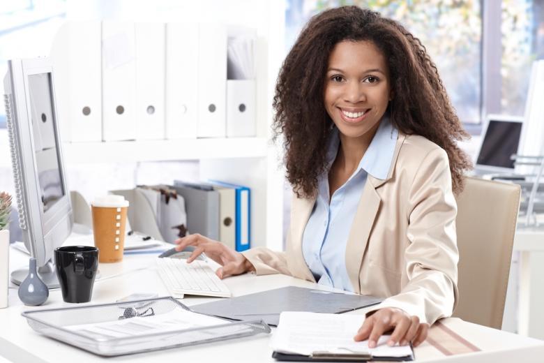 офисная работница за столом фото