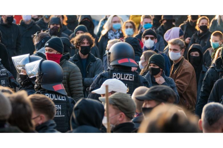 полиция охраняет антикарантинный митинг фото
