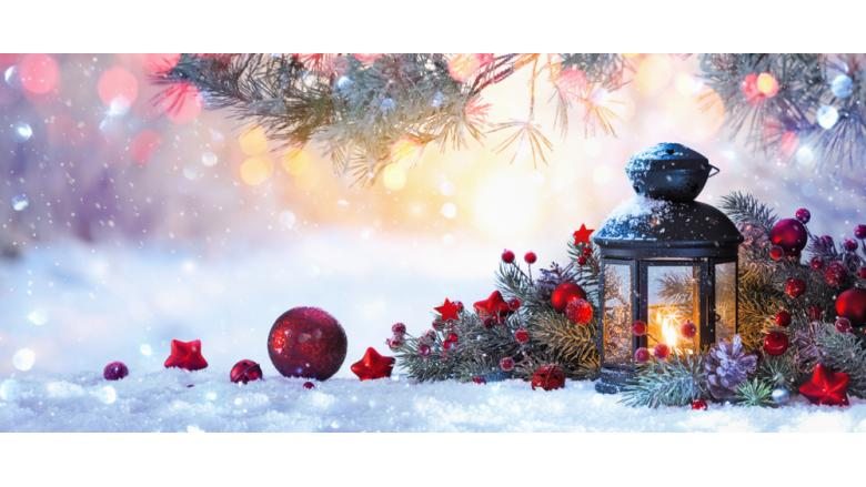 Рождественский фонарь на снегу и украшения фото
