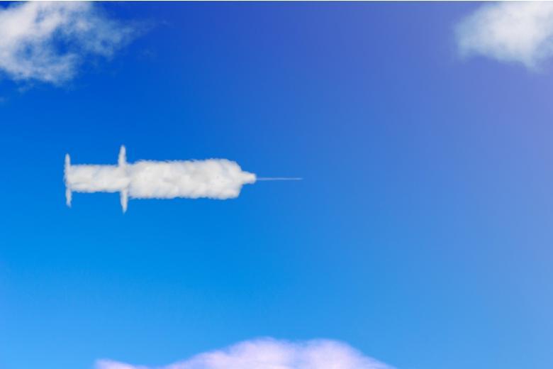 Пилот «выписал» в небе огромный шприц в честь вакцинации от COVID–19 фото 1