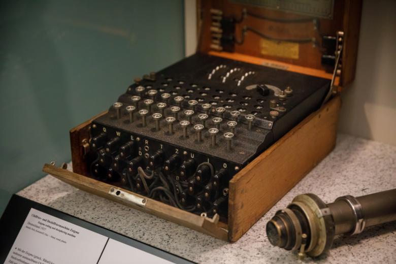 старинная шифровальная машина в музее фото