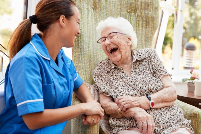 Уход за пожилой женщиной фото