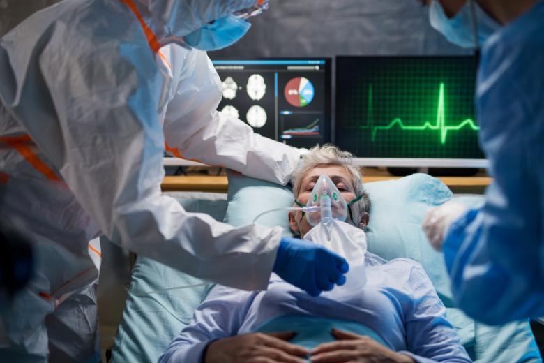 врачи и пациент в отделении интенсивной терапии фото