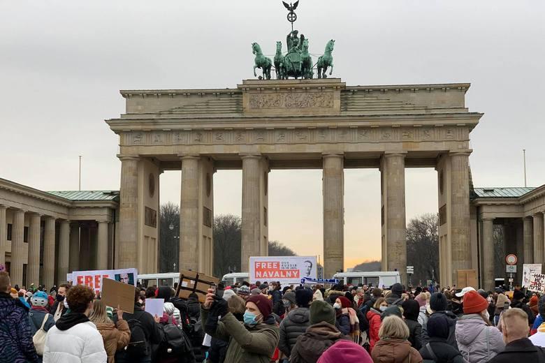 Акция протеста с требованием освободить Алексея Навального фото
