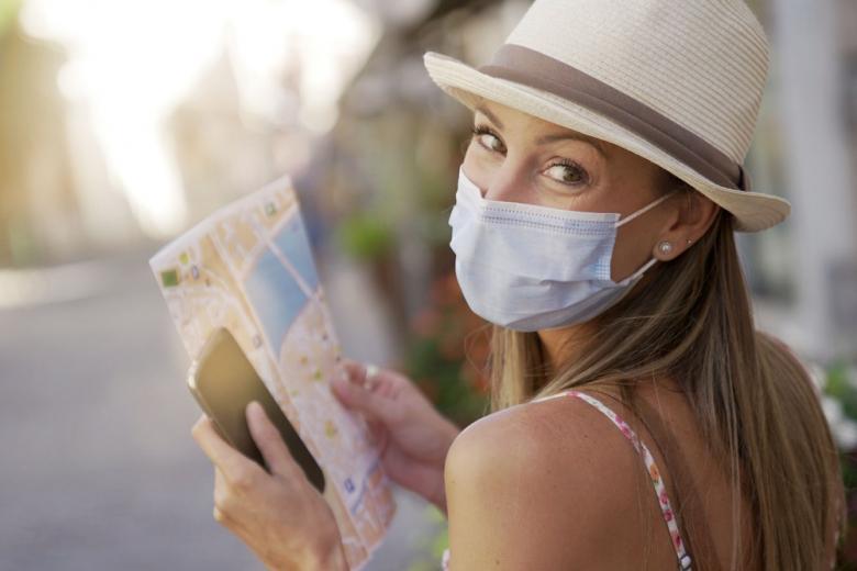 Девушка туристка с картой в руках фото