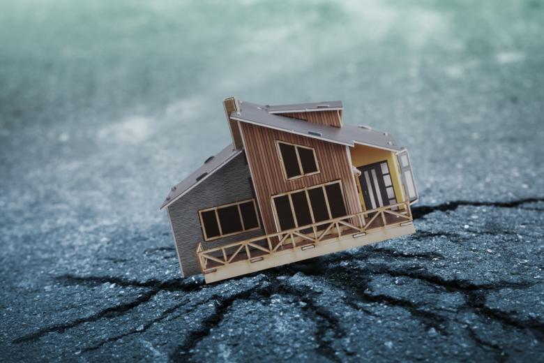 дом пострадал от землетрясения фото