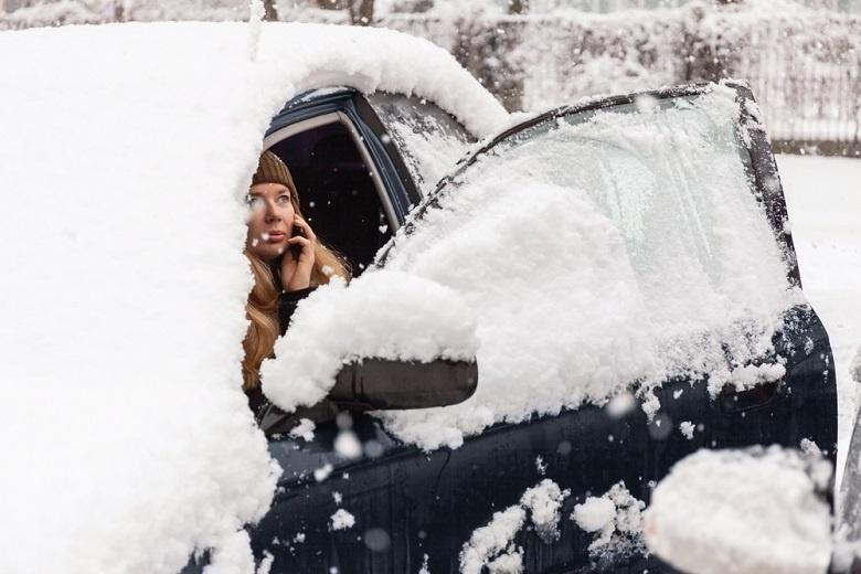машина засыпанная снегом фото