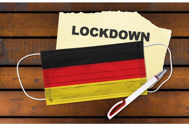 Маска в цветах флага Германии и надпись локдаун фотом