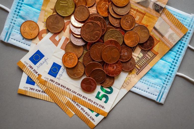 медицинская маска и деньги евро фото