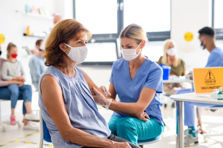 медсестра делает прививку фото