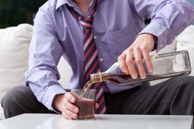 мужчина наливает виски фото