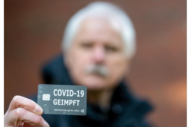 Мужчина с электронной картой вакцинации от covid фото