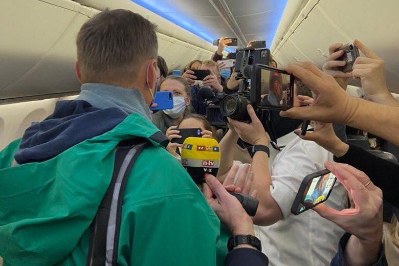 Навальный дает интервью журналистам в самолете фото