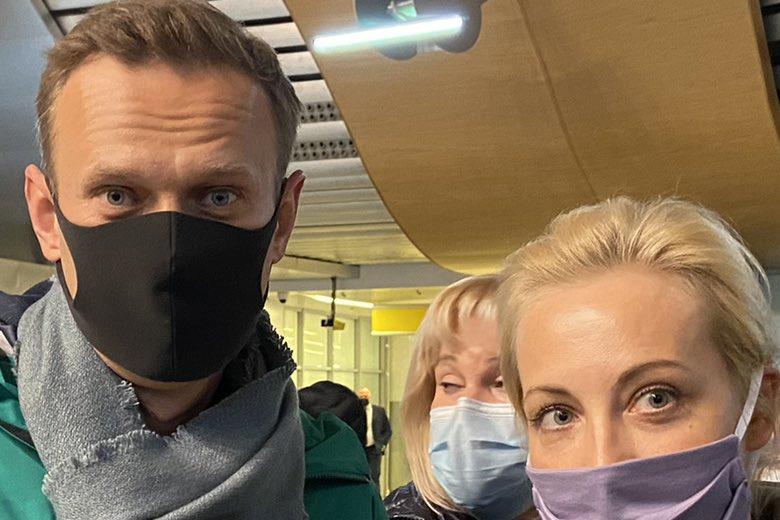 Навальный в Шереметьево с женой фото