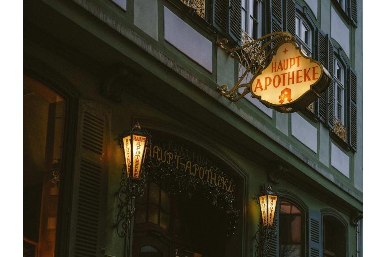 немецкая аптечная вывеска в историческом центре города фото