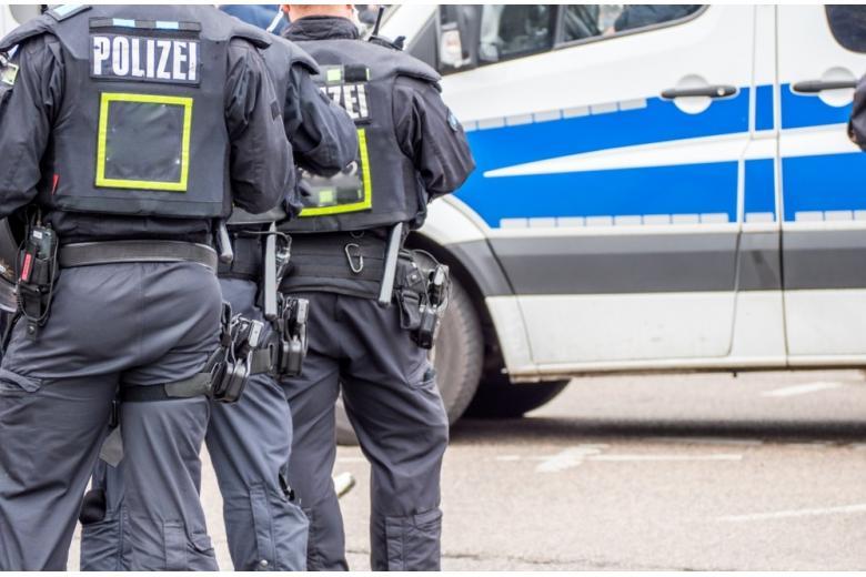 отряд полиции и фургон фото
