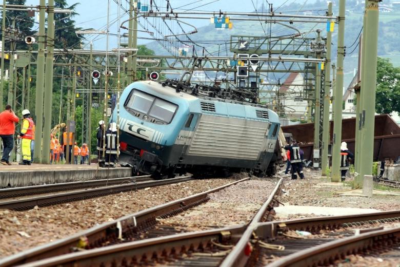 поезд сошел с рельсов фото