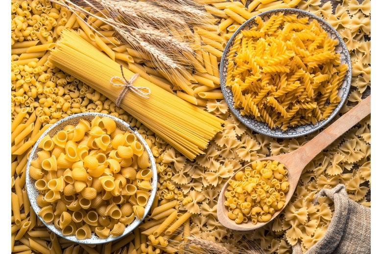 разные виды макарон в тарелках и на столе фото