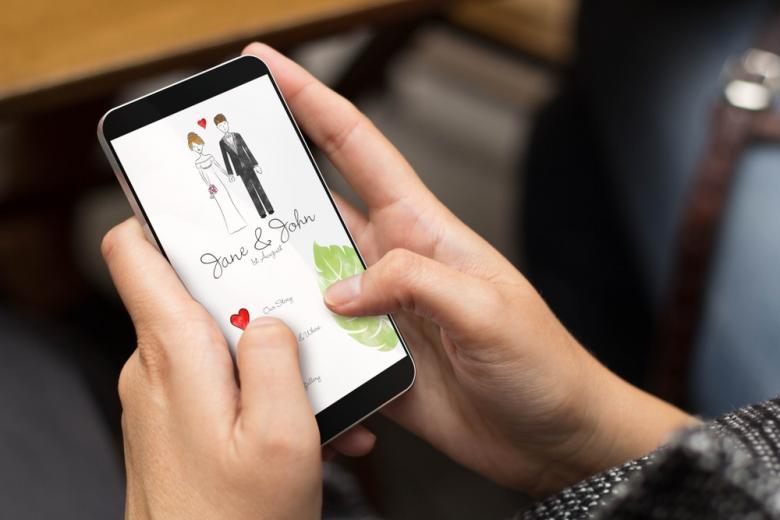 свадебное приглашение на экране смартфона фото