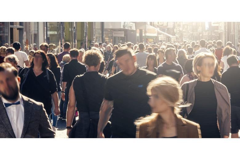 толпа людей на улице в Германии фото
