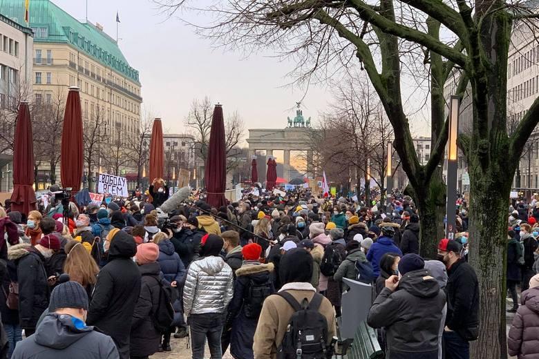 В центре Берлина на акции протеста требуют освободить Алексея Навального фото