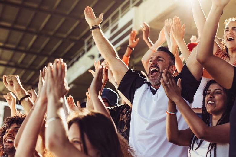 Фанаты на стадионе становятся редкостью - коронавирус сократил их официальное количество фото
