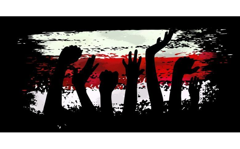 Поднятые руки на фоне Беларусского флага фото