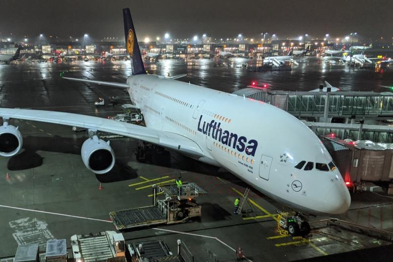 Самолет с женой опального политика прибыл во Франкфурт фото
