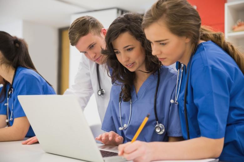 Студенты-медики на Ausbildung возле ноутбука фото