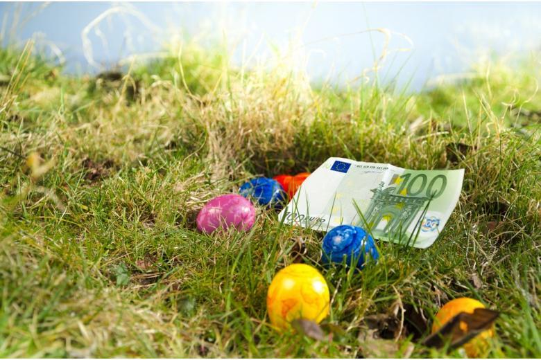 100 евро на траве среди пасхальных яиц фото